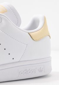 adidas Originals - STAN SMITH - Sneaker low - footware white/easy yellow - 5