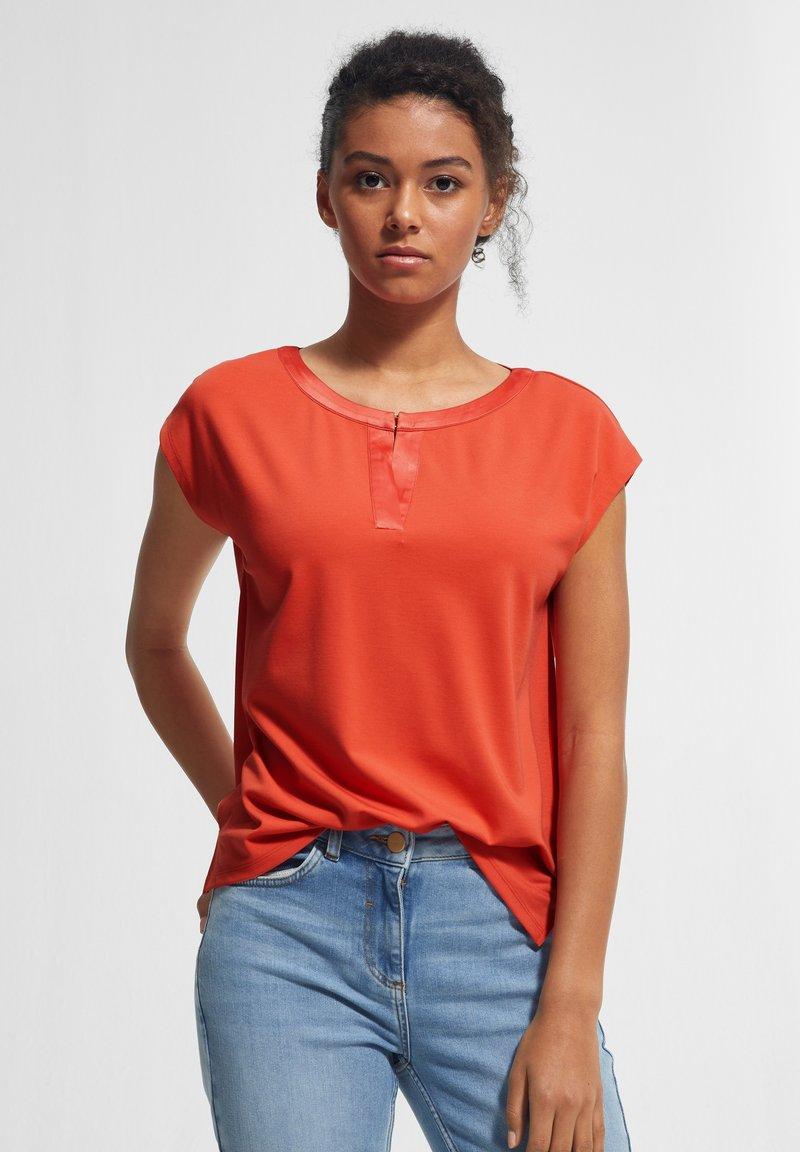comma - KURZARM - Print T-shirt - coral
