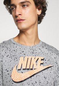 Nike Sportswear - PRINT PACK - T-shirt con stampa - grey heather - 4