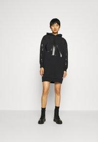 Calvin Klein Jeans - ECO LOGO HOODIE DRESS - Vestito estivo - black - 1