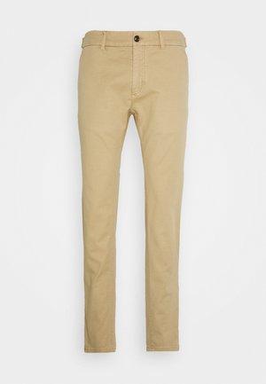 MOTT CLASSIC GARMENT - Pantalones chinos - sand