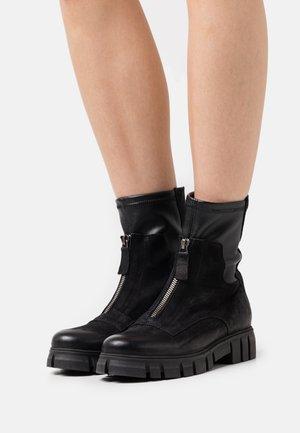 SAURA - Kotníkové boty na platformě - morat/wonderful black