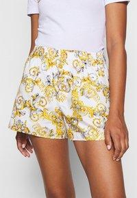 Versace Jeans Couture - Shorts - bianco ottico - 5