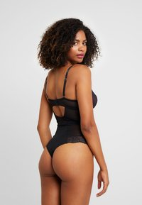 Pour Moi - SENSATION LIGHTLY PADDED UNDERWIRED - Body - black/fucshia - 2