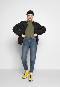 Pieces - PCKYLIE T NECK - T-shirt basic - deep lichen green - 1