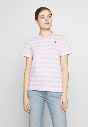 T-shirts med print - carmel pink white
