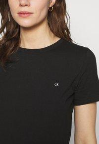 Calvin Klein - SMALL NECK  - Jednoduché triko - black - 5
