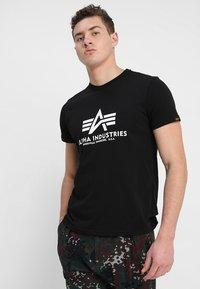 Alpha Industries - BASIC - Camiseta estampada - schwarz - 0