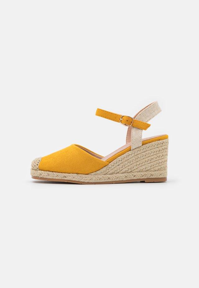 Sandalen met sleehak - ocra/gelb