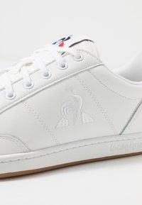 le coq sportif - COURT CLAY BOLD - Zapatillas - optical white - 5