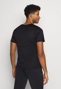Nike Performance - BREATHE RUN  - T-shirts print - black/white - 2