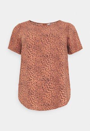 CARLUXMAJA  - T-shirt z nadrukiem - cedar wood