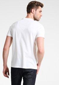 GAP - ARCH TEE - Camiseta estampada - new off white - 2