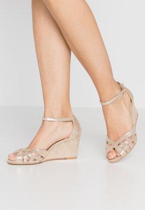 DEYONIT - Sandály na klínu - platine