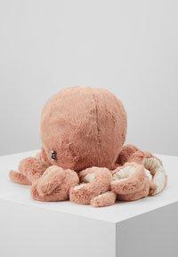 Jellycat - ODELL OCTOPUS - Pehmolelu - apricot - 3