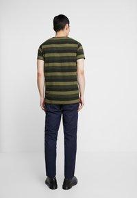 Suit - HARRY - T-shirt print - forrest green - 2