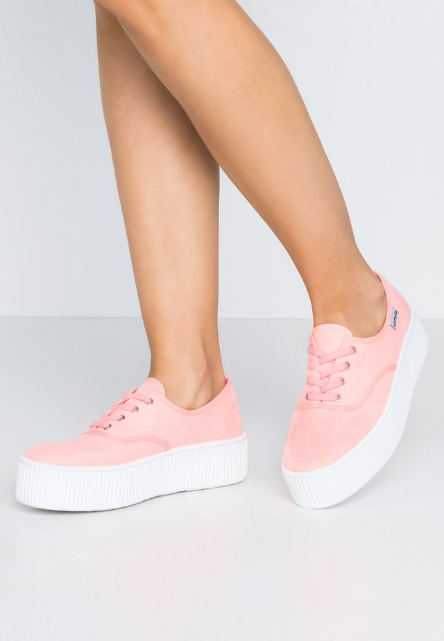 Trainers - coral