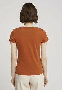 TOM TAILOR DENIM - MIT PRINT - Print T-shirt - amber brown - 2