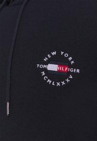 Tommy Hilfiger - CIRCLE CHEST HOODY - Felpa con cappuccio - desert sky - 7