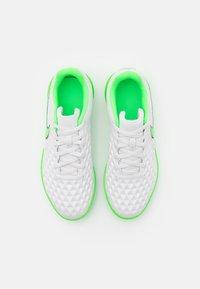 Nike Performance - TIEMPO JR LEGEND 8 CLUB IC UNISEX - Indoor football boots - platinum tint/rage green - 3