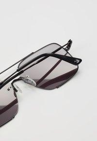 McQ Alexander McQueen - Okulary przeciwsłoneczne - black/smoke - 2