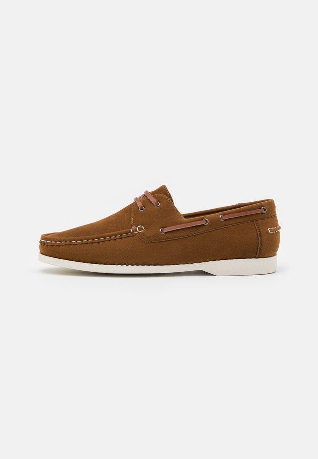 Chaussures bateau - cognac