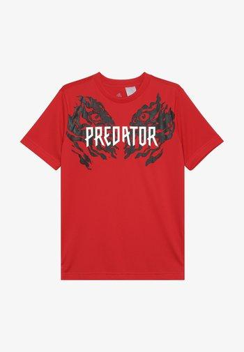 PREDATOR TEE - Print T-shirt - vivid red