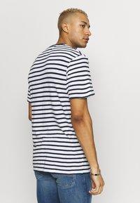 Tommy Jeans - STRIPE TEE - T-shirt z nadrukiem - twilight navy / white - 2