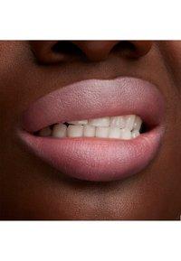 MAC - LUSTREGLASS LIPSTICK - Rouge à lèvres - syrup - 3