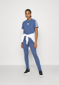 adidas Originals - LOOSE FIT TEE - T-shirts med print - crew blue - 1