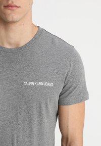 Calvin Klein Jeans - SMALL INSTIT LOGO CHEST TEE - T-shirt - bas - grey - 4