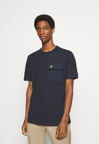 Lyle & Scott - POCKET  - T-shirt med print - dark navy - 0