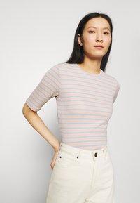 Modström - ITTAKA  - Print T-shirt - peach stripe - 3