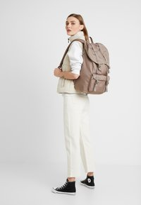 Herschel - LITTLE AMERICA LIGHT - Tagesrucksack - pine bark - 5