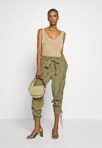 Cream - GUNNA PANTS - Cargo trousers - olive - 1