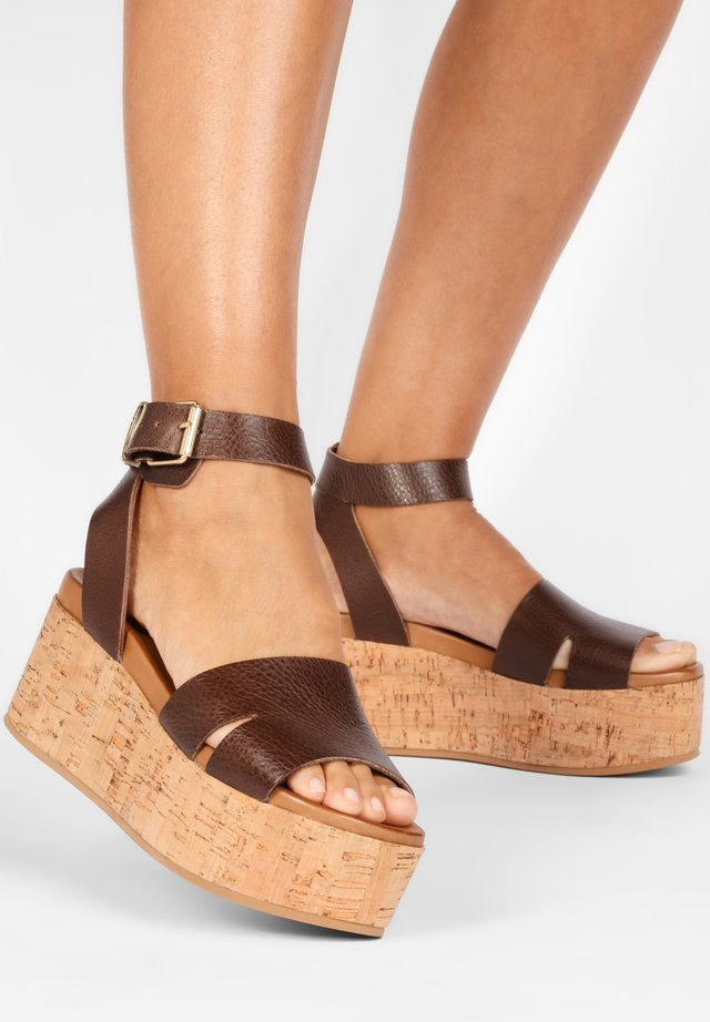 Sandały na platformie - mntrl brown nbr