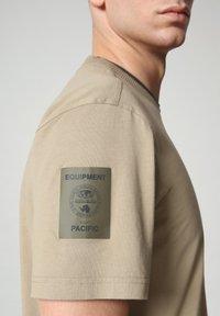 Napapijri - S-OAHU - Print T-shirt - silver sage - 4