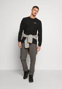 Patagonia - QUANDARY PANTS - Pantalon classique - forge grey - 1