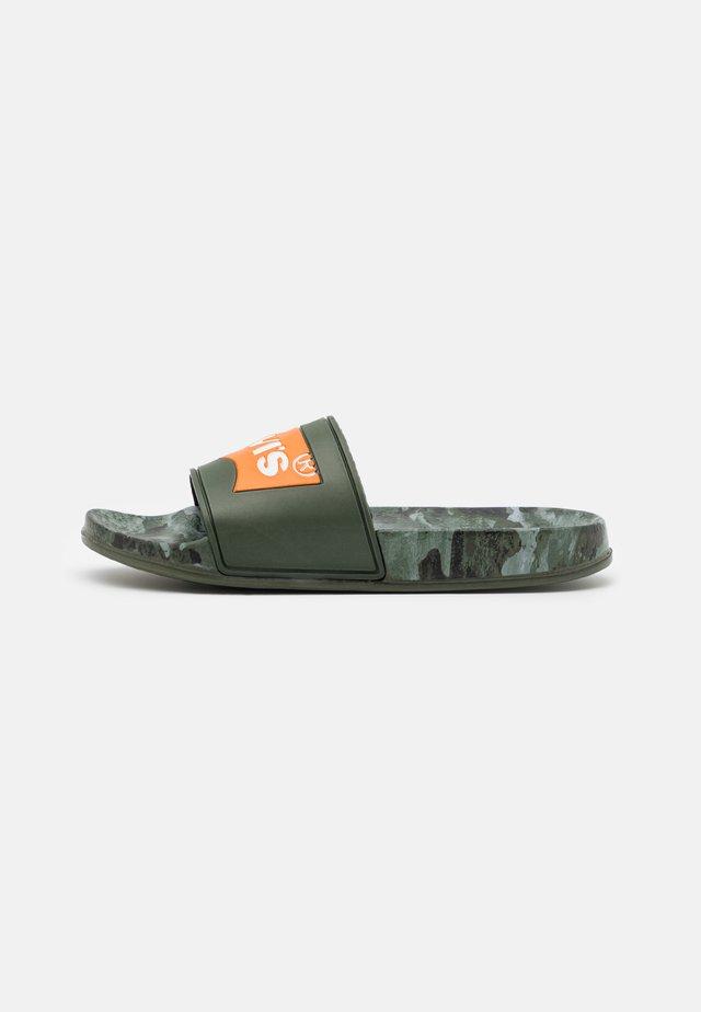 POOL 02 UNISEX - Pantofle - green/orange