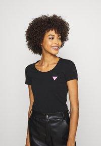 Guess - RNKAMELIA  - T-shirts med print - jet black - 3