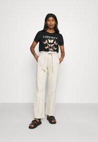 ONLY - ONLLINA LIFE BOX - T-shirts med print - black - 1