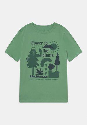 JULY - T-Shirt print - string bean