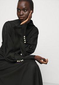Mother of Pearl - MIDI DRESS WITH BUTTON SLEEVE - Koktejlové šaty/ šaty na párty - black - 3