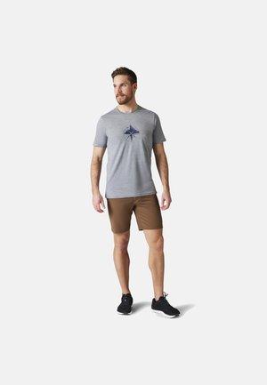 LIGHTWEIGHT SPORT 150 MOUNTAIN JOURNEY GRAPHIC TEE - Print T-shirt - light gray heather
