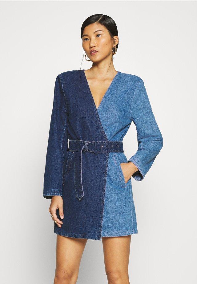 BLAZER DRESS - Denimové šaty - dark blue denim