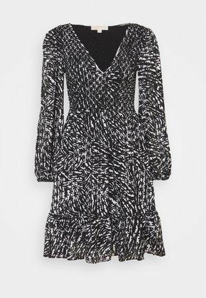 ZEBRA SMOCK DRESS - Koktejlové šaty/ šaty na párty - white/black
