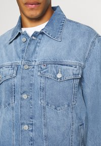 Tommy Jeans - OVERSIZE TRUCKER  - Denim jacket - light blue denim - 5
