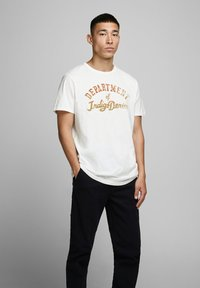 Jack & Jones PREMIUM - T-shirt med print - cloud dancer - 2