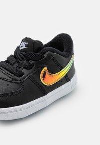 Nike Sportswear - FORCE 1 CRIB UNISEX - Babyschoenen - black/multicolor/white - 5