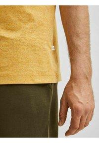 Selected Homme - SLHNORMAN O NECK TEE - Basic T-shirt - wood thrush - 3